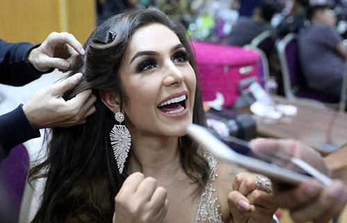 Ở hậu trường, các bước chuẩn bị diễn ra nhanh chóng khi các phần thi nối tiếp nhau liên tục. Người đẹp Brazil, Izabele Coimbra, tranh thủ trò chuyện khi làm tóc.