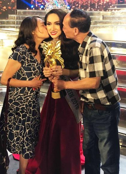 Bố mẹ Hương Giang hôn con gái sau chung kết.
