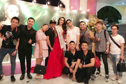 Êkíp Hương Giang bay từ Việt Nam sang Thái để hỗ trợ cho người đẹp.