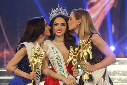 Hoa hậu Hương Giang (giữa) và Á hậu 2 Thái Lan, Á hậu 1 Australia (phải).