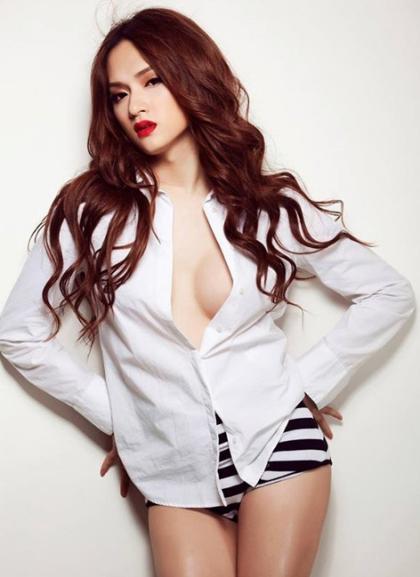 Cô hướng đến hình tượng sexy, bốc lửa trong các bộ ảnh thời trang.