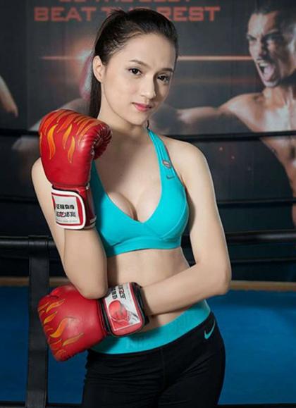 Để có sức khỏe tốt, vóc dáng đẹp, cô lao vào tập gym và boxing.