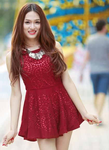 Bước ra khỏi Vietnam Idol, cô tự tin hơn khi bắt đầu trở thành ca sĩ chuyên nghiệp. Người đẹp đầu tư về trang phục, chụp ảnh thời trang nhưng chưa định hình được phong cách.
