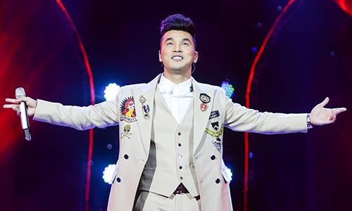 Ca sĩ Ưng Hoàng Phúc trong liveshow tại Hà Nội, kỷ niệm 18 năm đi hát.