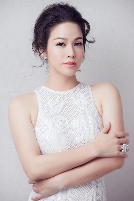Nhật Kim Anh mặc xuyên thấu tôn dáng 'gái một con'