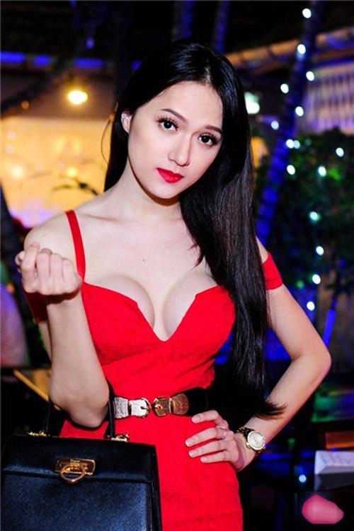 Hoa hậu Hương Giang chuộng váy áo hở vòng một