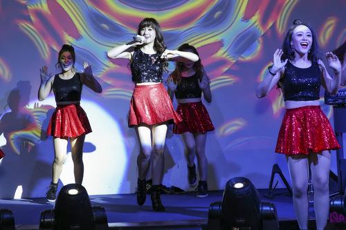 Ca sĩ thể hiện nhiều ca khúc sôi động trong chương trình.