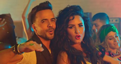 Luis Fonsi (trái) và Demi Lovato.