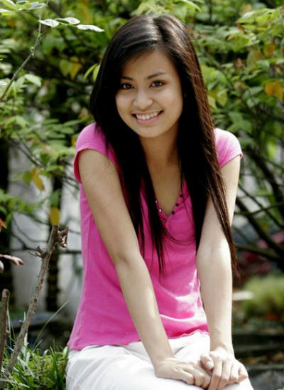 Năm 2017, Hoàng Thùy Linh đang là một trong những ngôi sao trong lòng giới trẻ với bộ phim Nhật ký Vàng Anh 2. Đang lên như diều gặp gió, cuộc sống và sự nghiệp của cô gái 19 tuổi đều đổ sụp khi video nóng với bạn trai bị phát tán.