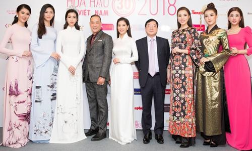 Top 3 hai mùa hoa hậu hội ngộ cùng ban tổ chức.