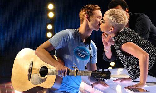 Benjamin Glaze (trái) tại vòng thử giọng American Idol mùa 16.