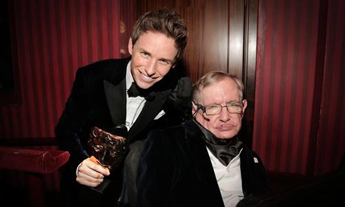 Diễn viên Eddie Redmayne (trái) và Stephen Hawking.