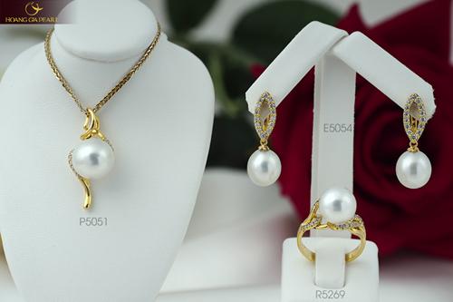 Sựkết hợp giữa chất liệu vàng và những viên ngọc South Sea sắc trắng bóng bẩy tạo nên vẻ đẹp đặc trưng cho dòng sản phẩm cao cấp.