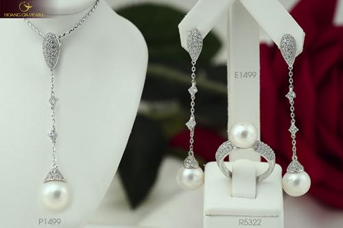 Bộ sưu tậpmới của Hoàng Gia Pearl còn có những thiết kếtrang sức dáng dài duyên dáng, xinh xắn.