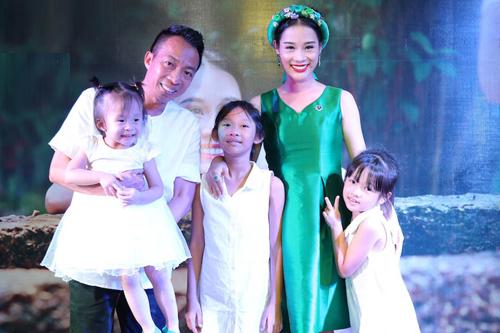 Gia đình Việt Hoàn có ba cô con gái.