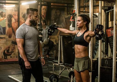 Alicia Vikander tập luyện thể hình cùng huấn luyện viên riêng.