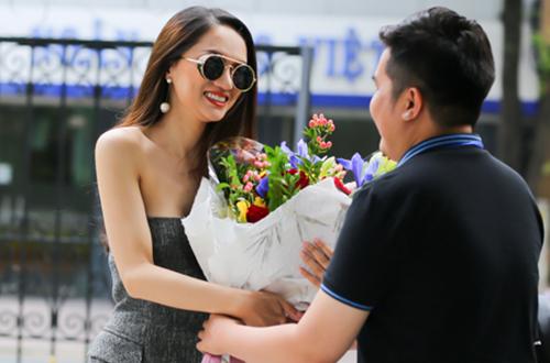 Hương Giang tranh thủ về nước hai ngày để gặp người hâm mộ, sau đó côsau đó quay trở lại Thái Lan để tiếp tục những hoạt động của ban tổ chức Hoa hậu Chuyển giới Quốc tế.