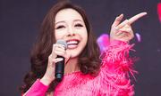 Jennifer Phạm vừa hát vừa làm MC