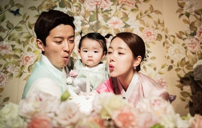 <p> So Ji Hyun<strong></strong>sinh năm 1984, hoạt động nghệ thuật từ năm 2002. Suốt 15 năm đóng phim, cô gắn liền với hình ảnh xinh đẹp, kiêu sa trong các phim <em>Khăn tay vàng</em>, <em>Thôn tính thái dương</em>, <em>Gia đình đá quý</em>,<em>Heartstrings</em>, <em>Nàng Alice phố Cheongdamdong</em>, <em>Em là ai</em>, Ba ngày... In Kyo Jin sinh năm 1980, từng đóng <em>Mối tình bất diệt</em>,<em>I need romance 2012</em>, <em>Người vợ hoàn hảo</em>...</p>