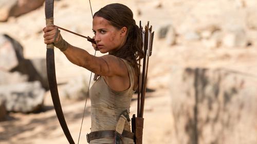 Alicia Vikander có những cảnh hành động đầy lăn xả, chân thực.