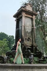 Người dân đứng lên ghế xem thời trang ở vườn hoa Con Cóc