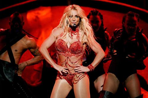 Britney Spears mặc bikini,nhảy cuồng nhiệtsuốt tám phút trên sân khấu Lễ trao giải âm nhạc Billboard 2016. Cô gây bất ngờ với thân hình săn chắc, thon gọn. Bà mẹ hai con được nhiều chuyên gia, người hâm mộ khen ngợi sau màn trình diễn.