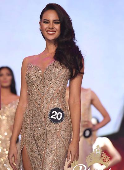 Người đẹp 24 tuổi với trang phục dạ hội.