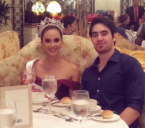 Người mẫu 32 tuổi ở bên ủng hộ Catriona Gray khi cô đăng quang Miss World Philippines năm 2016. Khi đăng bức ảnh này, Clint đùa rằng trông anh giống người hâm mộ nhan sắc của Catriona.