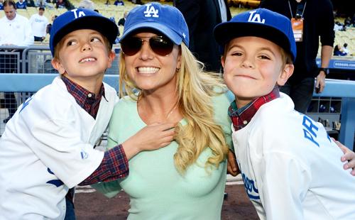 Britney Spears hạnh phúc bên hai con trai.