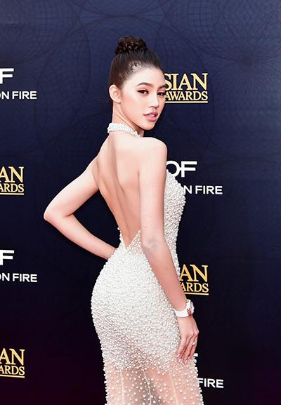 Người đẹp diện váy xuyên thấu hở lưng trần. Thiết kế của Châu Phạm đính vô số hạt giả ngọc trai.