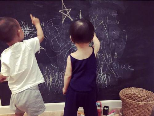 Bên cạnh bàn ăn là bức tường cách điệu thành bảng đen, làm chỗ chơi cho trẻ.