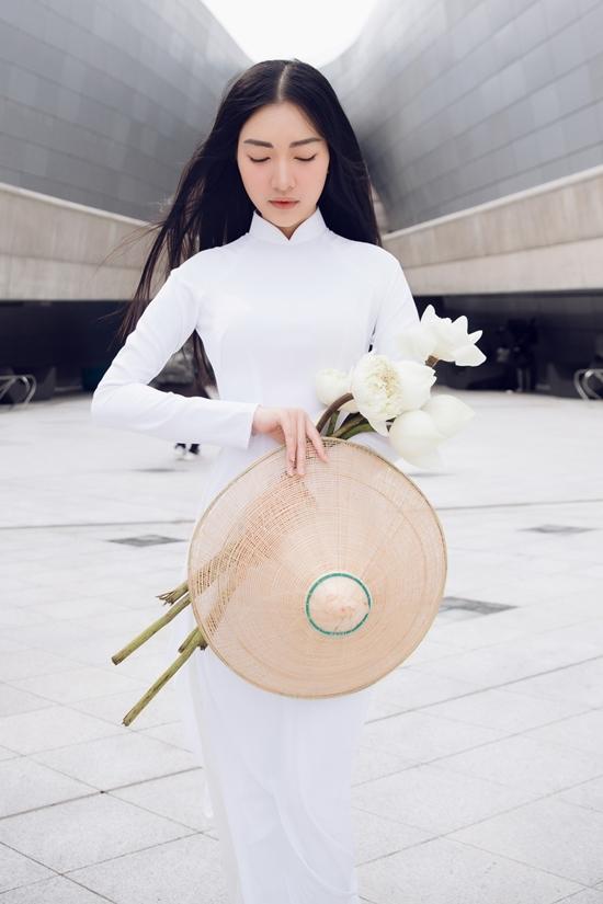 Hoa khôi Huế diện áo dài trên đường phố Hàn Quốc