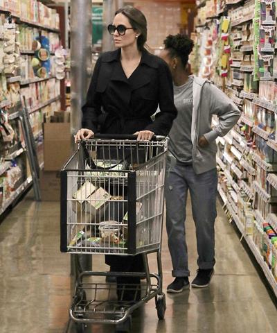 Angelina Jolie đẩy xe trong khi các con chọn đồ ở siêu thị. Ảnh: Mega.