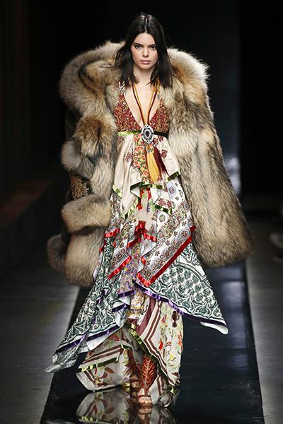 Áo khoác lông thú được ưa chuộng trong làng mốt.