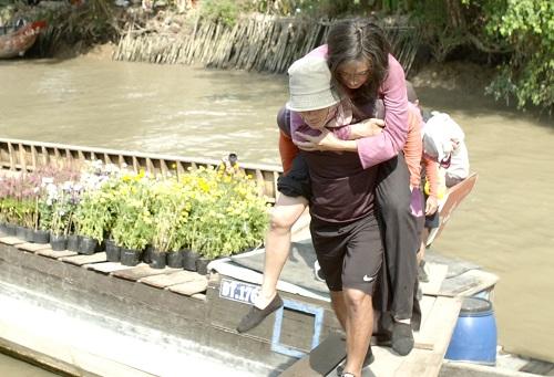 Nữ diễn viên chấn thương sau cảnh diễn trên sông.
