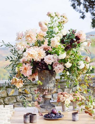 Cô dâu yêu cầu trang trí thật nhiều hoa tươi ở các bàn tiệc và sảnh đón khách.