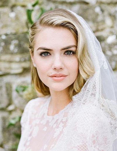 Với buổi lễ, Kate Upton mặc váy ren dài tay, xuyên thấu, ôm sát cơ thể. Người mẫu chỉ trang điểm nhẹ nhàng, phù hợp phong cách thanh lịch của lễ cưới.