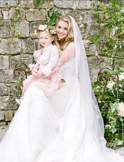 Kate Upton bên cô cháu gái trước giờ vào lễ dường.
