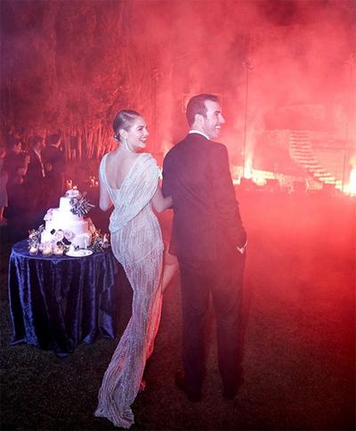 Ở bữa tiệc tiếp khách, Kate Upton thay chiếc váy thứ hai. Váy voan mỏng đính đá quyến rũ, ôm dáng và hở lưng, làm tôn đường nét cơ thể.
