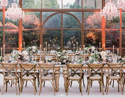 Khung cảnh tiệc cưới bên trong nhà kính của resort.