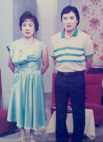 Nghệ sĩ Minh Vương (phải) và nghệ sĩ Lệ Thủy thời trẻ.