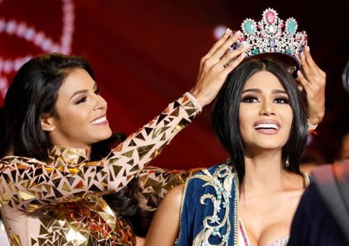Sthefany Gutiérrez trong khoảnh khắc đăng quang Hoa hậu Venezuela 2017.