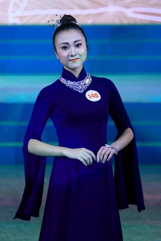 Hoa hậu Mỹ Linh diện áo dài hoa bướm chấm thi nhan sắc