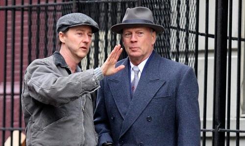 Edward Norton (trái) và Bruce Willis trên phim trường.