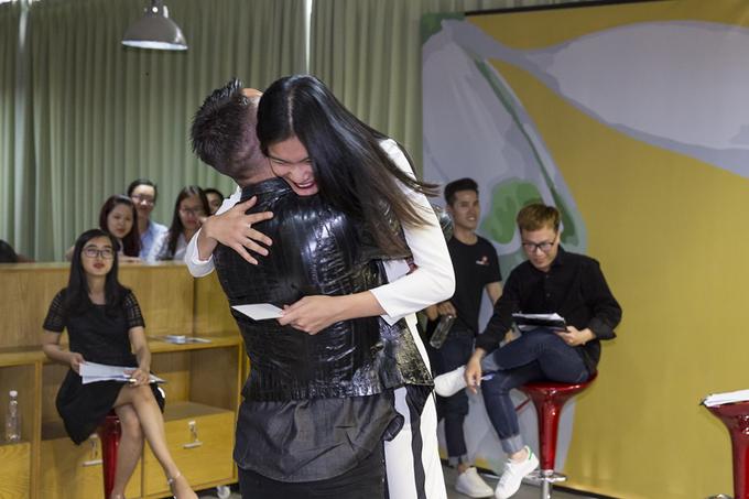 Adam Williams ôm Kim Dung trong buổi casting người mẫu