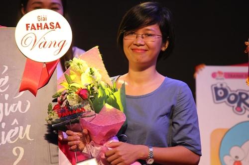 Rosie Nguyễn nhận giải cao nhất ở buổi trao giải tối 23/3 tại Hội sách TP HCM.