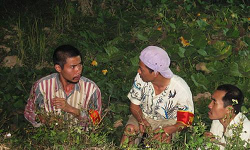 Công Lý (trái) thủ vai lưu manh Khoái trong Gió làng Kình.