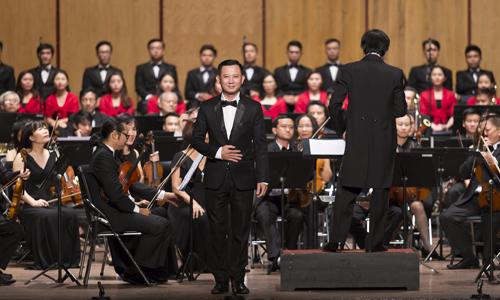 Nghệ sĩ Phạm Trang cùng dàn nhạc biểu diễn trong chương trình.