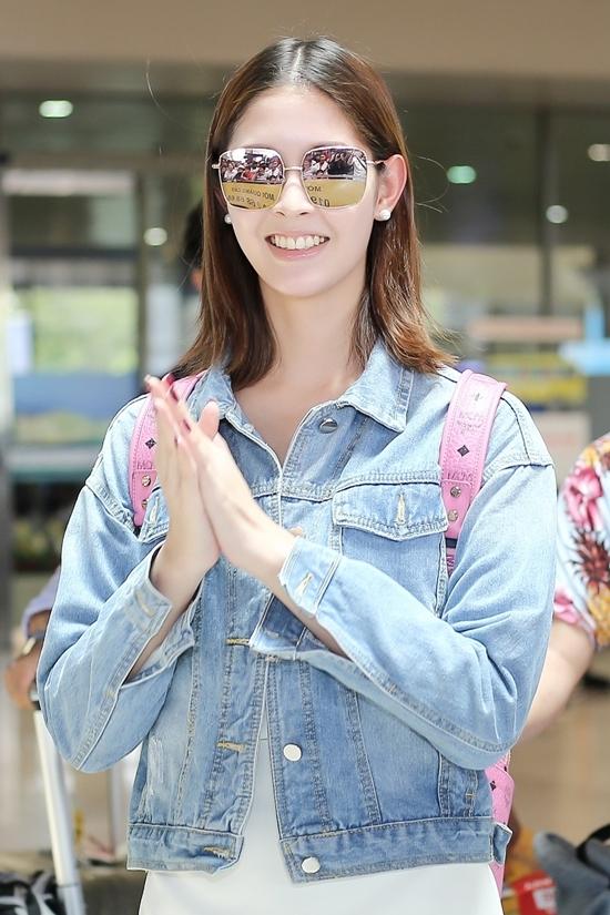 Fan Việt đón mỹ nhân chuyển giới Thái đến TP HCM