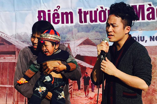 Tùng Dương từng nhiều lần tham gia các buổi từ thiện giúp đỡ những hoàn cảnh khó khăn ở vùng cao miền Bắc Việt Nam.